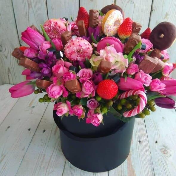 Букет из конфет и клубники «в розовом цвете»
