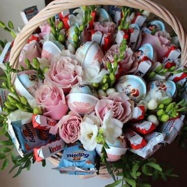 букет из конфет «киндер сюрприз»