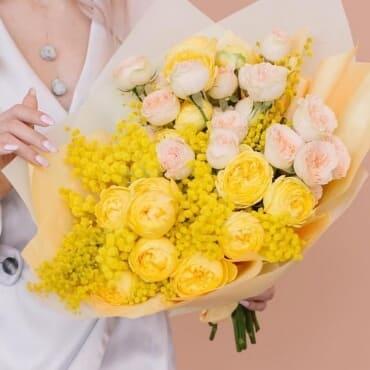 букет из мимозы и пионовидных роз