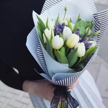 25 белых тюльпанов с вероникой