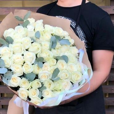 Букет из 51 белой розы с эвкалиптом