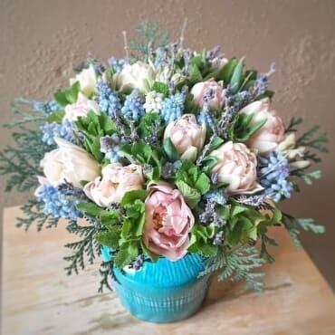 Букет из мускарей и тюльпанов с зеленью в вазе